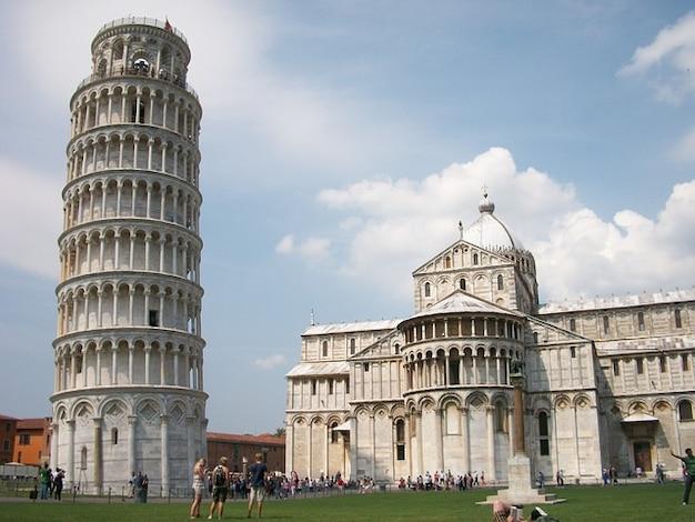 Inclinada pisa italia torre de la ciudad