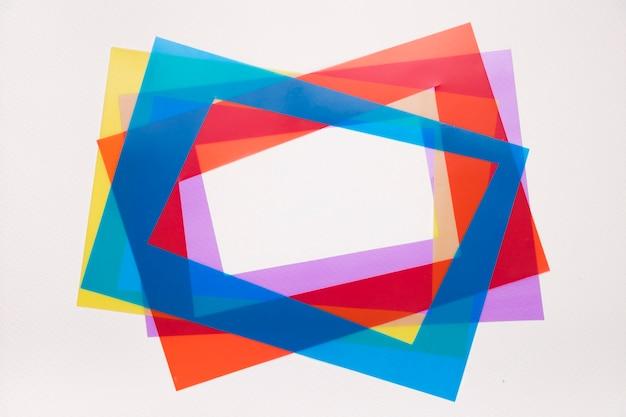 Incline el borde rojo; azul; marco morado y amarillo aislado sobre fondo blanco
