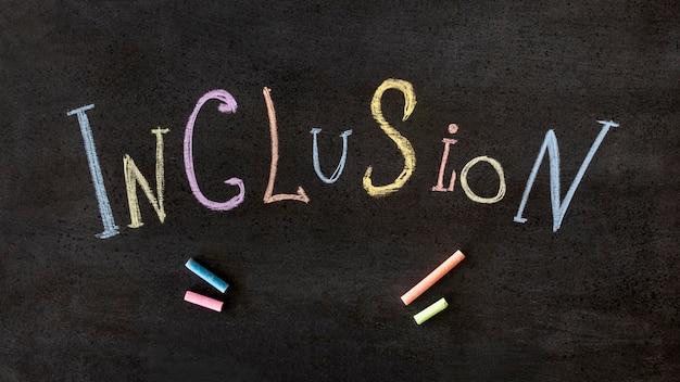 Inclusión palabra escrita con tiza de colores