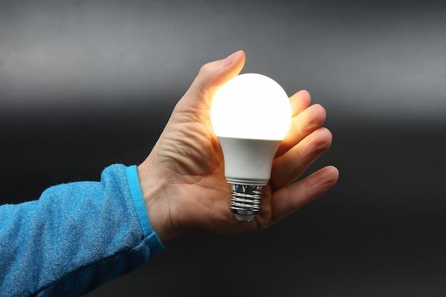 Incluye nueva lámpara led en la mano humana en la oscuridad.