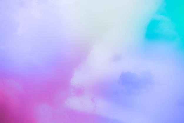 Increíble cielo de arte hermoso con nubes de colores