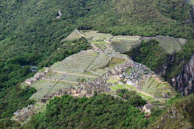 Increíble forma de cóndor de la ciudadela de machu picchu vista desde la montaña huayna picchu, cusco, urubamba, perú