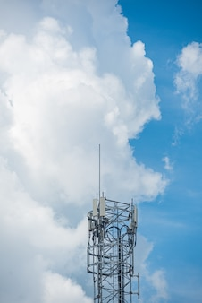 Increíble hermoso cielo con nubes - con antena