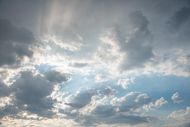 Increíble hermoso cielo con nubes