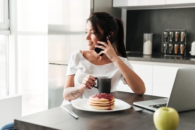 Increíble jovencita hablando por teléfono