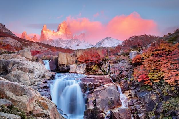 Increíble monte fitz roy y la cascada al amanecer rosado, parque nacional los glaciares, andes, patagonia, argentina