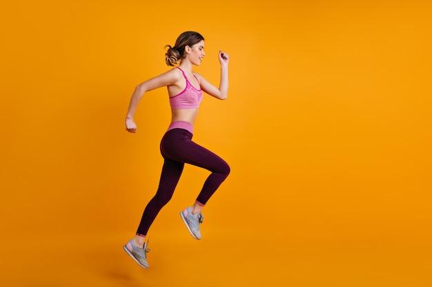 Increíble mujer corriendo mientras entrena