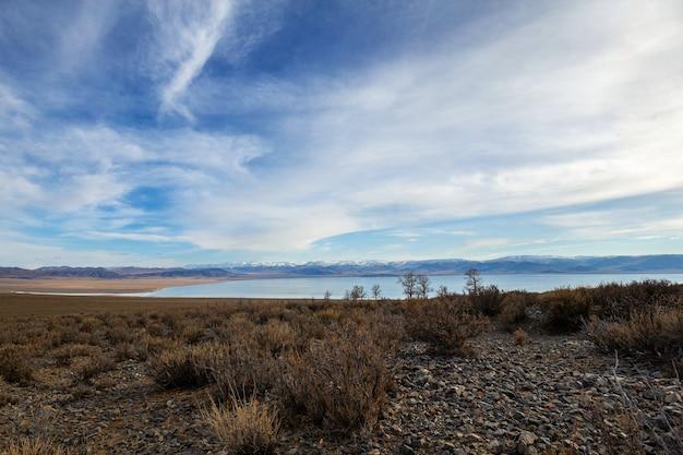 Increíble paisaje invernal en mongolia escena colorida en las montañas parque nacional tsagaan shuvuut