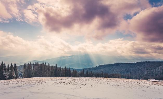 Increíble paisaje de invierno por la noche.