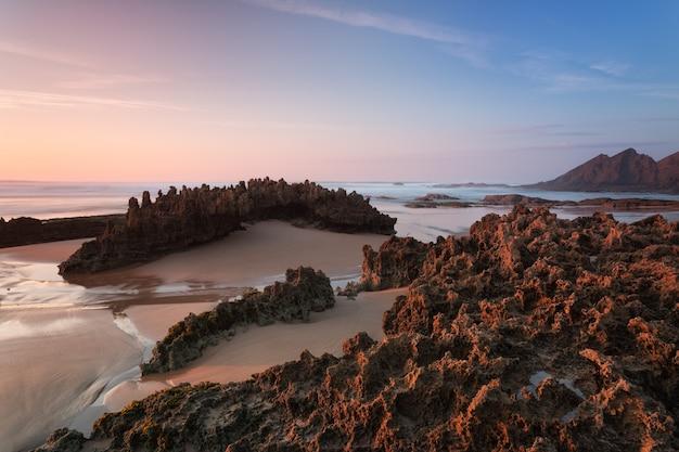Increíble paisaje marino y piedras de textura en primer plano. en colores cálidos.