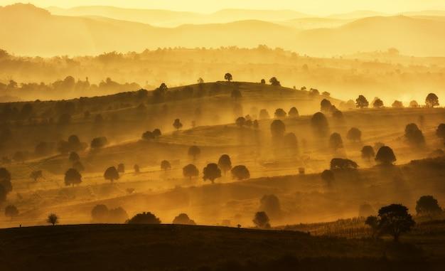 Increíble paisaje de montaña con salida del sol, viaje natural al aire libre