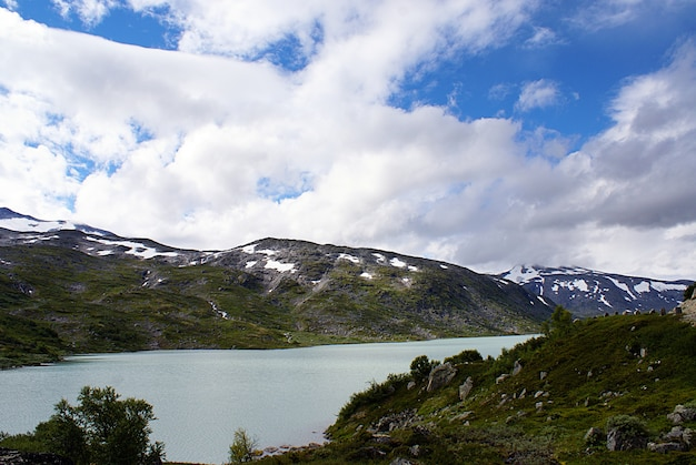 Increíble paisaje montañoso con un hermoso lago en noruega