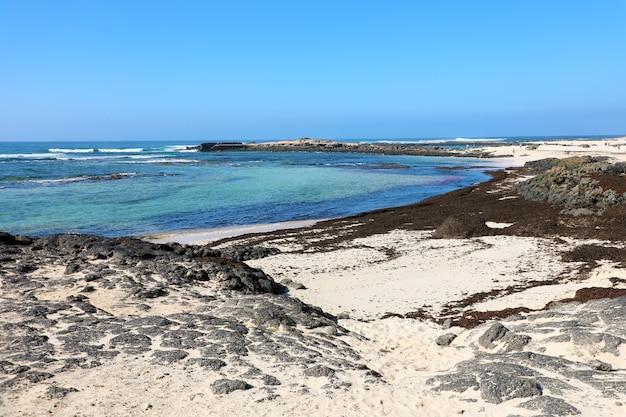 Increíble playa salvaje de el cotillo en fuerteventura, islas canarias
