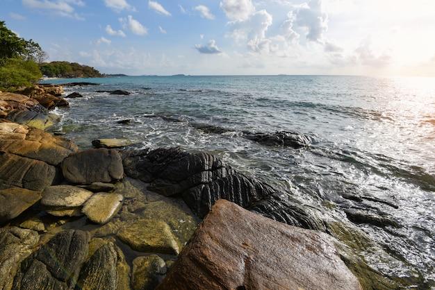 Increíble playa tropical costa rocosa