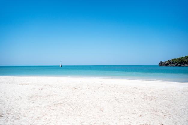 Increíble en tailandia y natural en la playa y un hermoso mar con cielo azul en unas vacaciones de buen tiempo en la isla de koh khai, sa-tun, tailandia