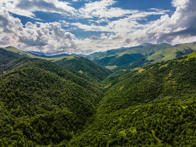 Increíble toma aérea de hermosas montañas boscosas en armenia