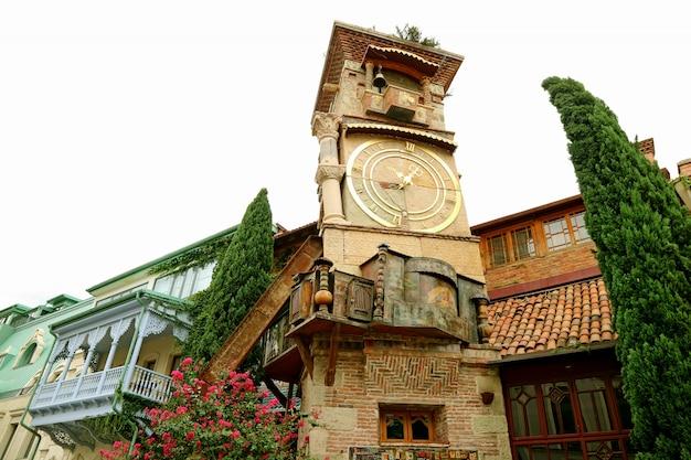 Increíble torre del reloj inclinada
