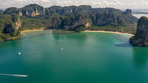 Increíble vista aérea del hermoso paisaje marino de temporada alta de tailandia ao nang beach island y bote de cola larga navegando en kra bi tailandia