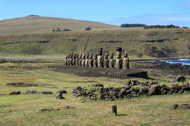 Increíble vista de ahu tongariki en la isla de pascua o rapa nui o isla de pascua, chile