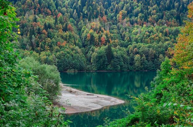 Increíble vista del paisaje natural del lago small ritsa
