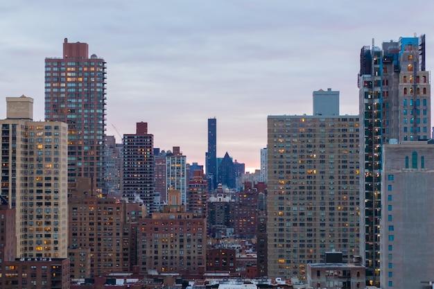 Increíble vista del paisaje urbano de nueva york en un hermoso amanecer