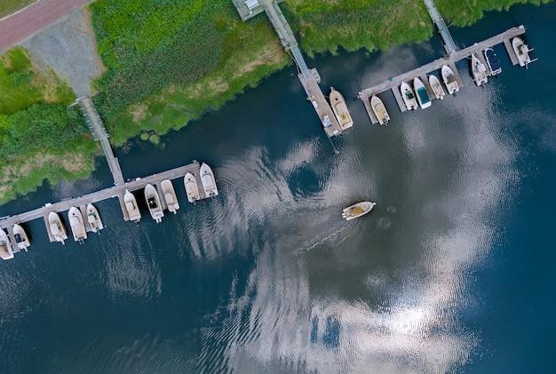 Increíble vista panorámica del pequeño puerto para muchos barcos flotando cerca del océano en ee. uu.