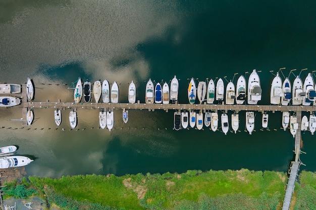 Increíble vista panorámica del pequeño puerto para muchos barcos flotando cerca del océano en ee.