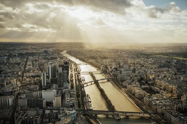 Increíble vista panorámica desde la torre eiffel a la luz del sol en parís, francia.