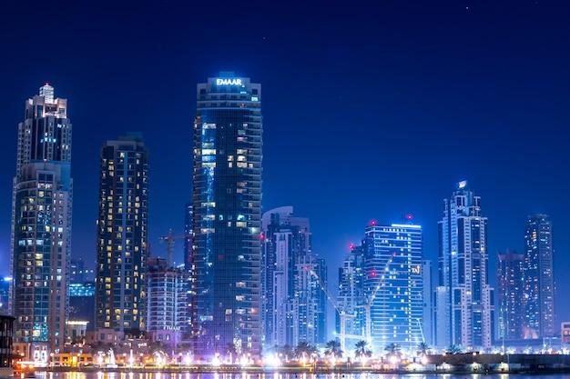 Increíble vista. rascacielos en el paisaje de cerca