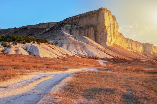 Increíblemente hermoso paisaje otoñal con cañones y rocas