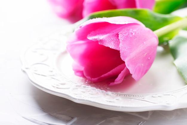 Increíbles tulipanes rosados en el fondo de piedra