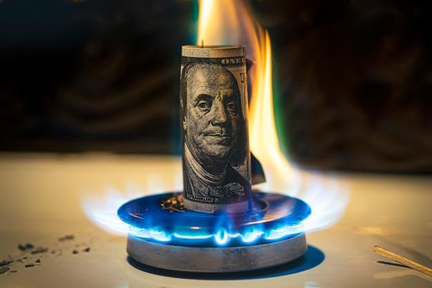 Incremento del precio del gas. concepto de problemas en la economía de estados unidos. el dólar se quema en una estufa de gas. la venta de gas. suministro de gas caro