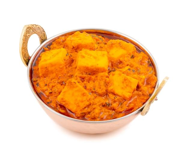 India deliciosa cocina picante paneer toofani sobre fondo blanco.