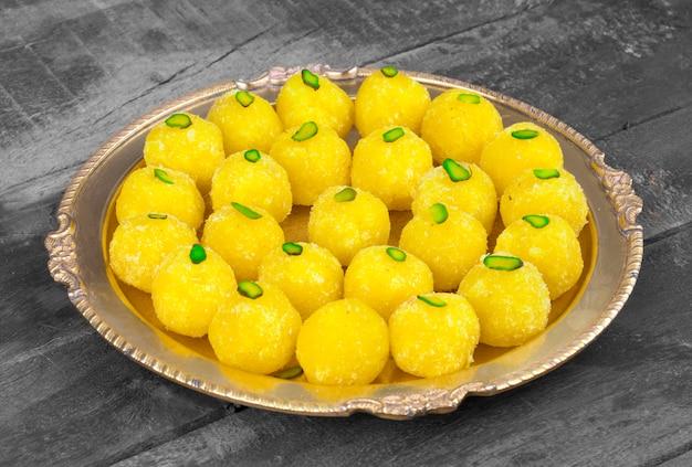 India dulce comida coco laddu sobre fondo de madera