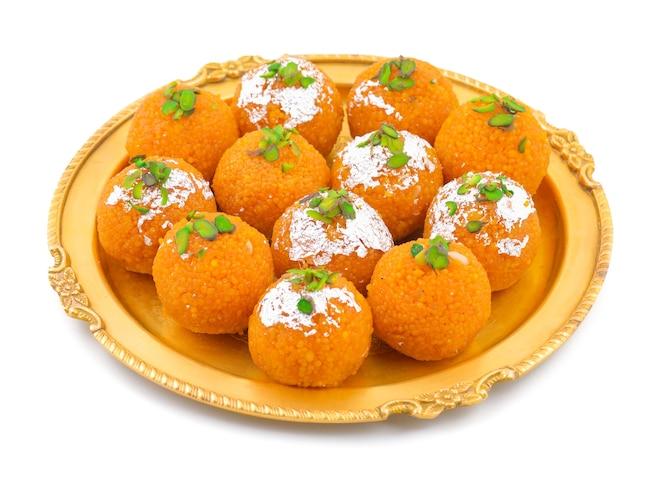 Indian sweet food motichoor laddu o bundi laddu aislado sobre fondo blanco