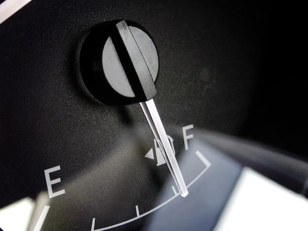 Indicador de combustible con indicador de aguja en el tablero de instrumentos de un automóvil.