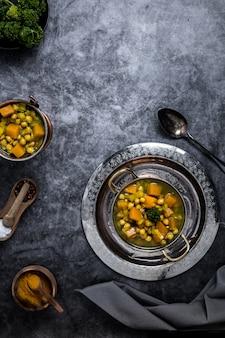 Un indio garbanzos y calabaza al curry servido en platos indios