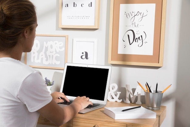 Individuo trabajando desde casa en la computadora portátil