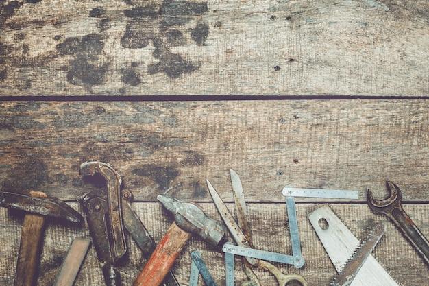 Industria de la carpintería concepto laico plano sobre fondo de madera grunge sucio