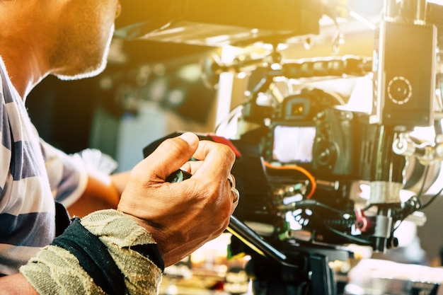 Industria del cine. camarógrafo filmando escena de la película con cámara
