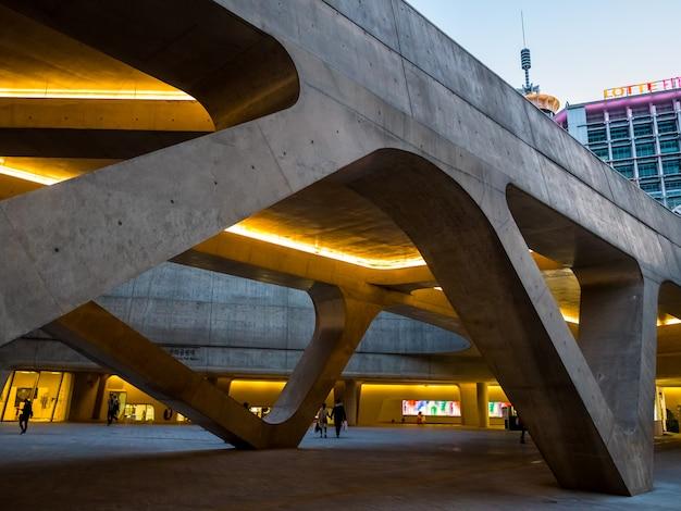 Industria de diseño de arquitectura con moderna forma de curva enterior.