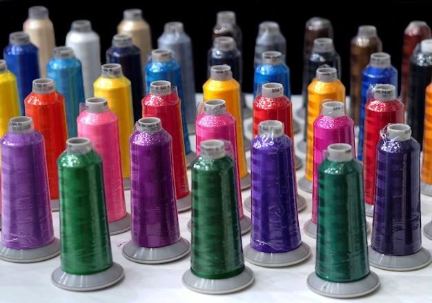 Industria de hilos de colores textiles.