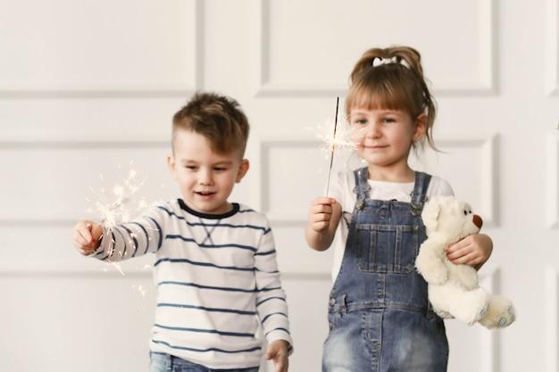 Infancia. dos niños en casa