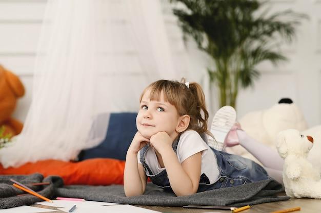 Infancia. niña joven, en casa