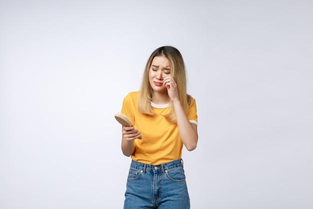Infeliz chica asiática en el teléfono, mujer asiática enojada hablando por teléfono