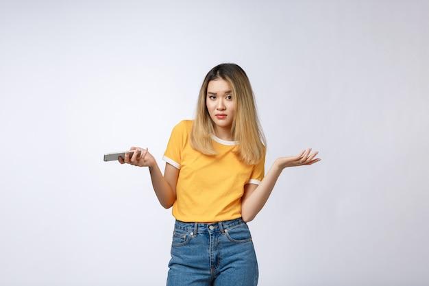 Infeliz chica asiática en el teléfono