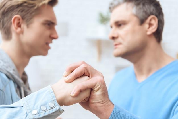 Infeliz padre e hijo están luchando