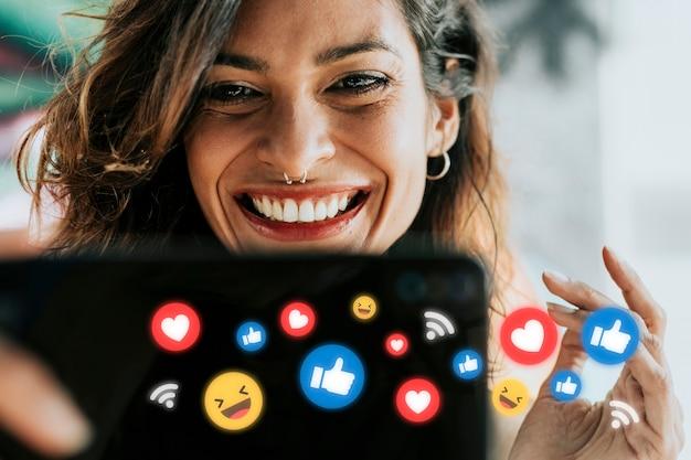 Influencer de las redes sociales que recibe me gusta y reacciones positivas