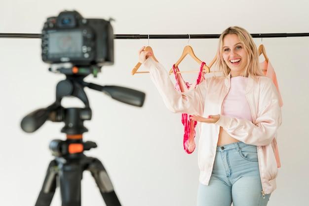 Influencer rubia grabando vídeo de moda