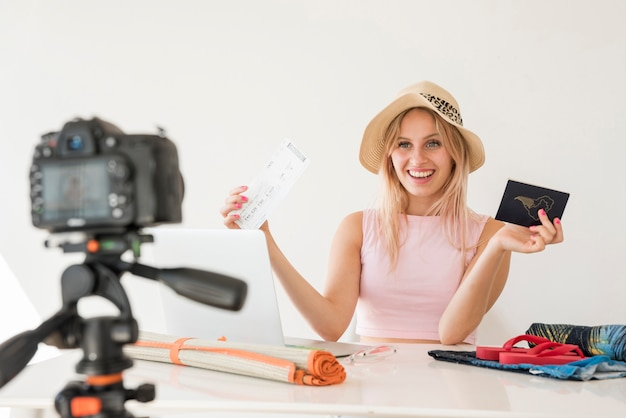 Influencer rubia grabando vídeo de vacaciones